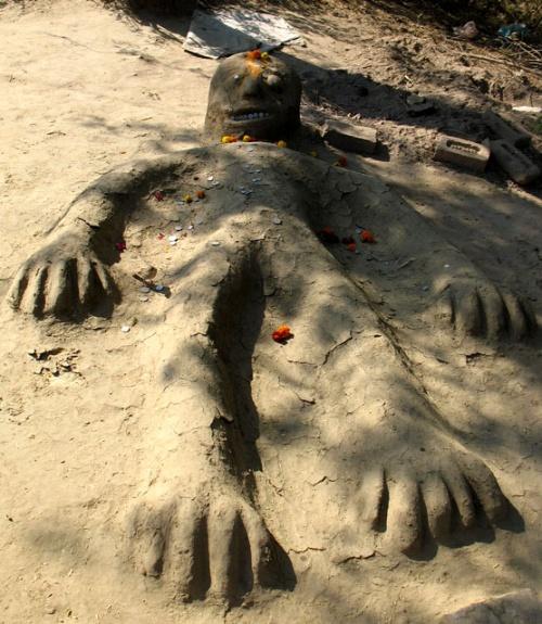 Шедевр народной индийской скульптуры. Это тоже Говардхан, только сделанный из коровьего навоза и песка. Зубки и глазки сделаны из монеток. Прикольно, да?