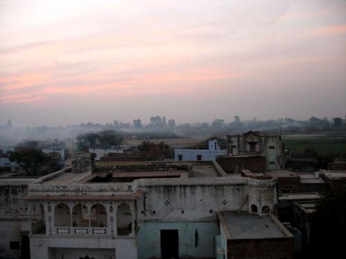 Вечерний дымок над Радха-кундой