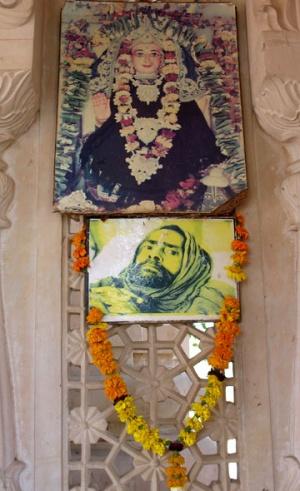 Фотография Бабаджи, который долгое время медитировал на этом месте еще до того, как здесь был построен ашрам. Как сказал Муни, - смотрит прямо в душу!