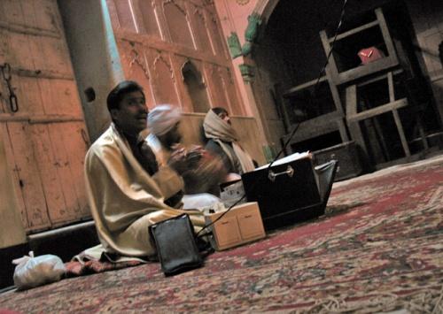 Музыкант в храме Радха-Раман. Здорово поет! Мастер.