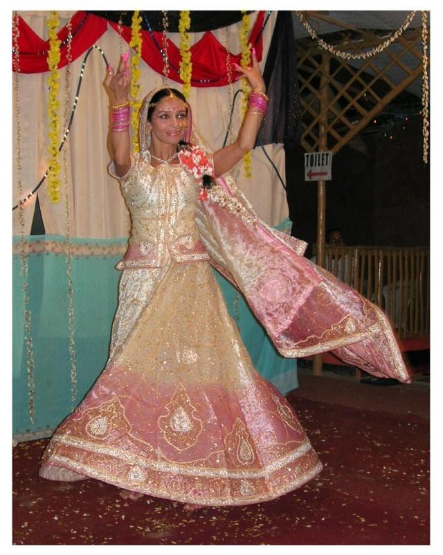 Джая танцует сольный танец.Танец невесты:)