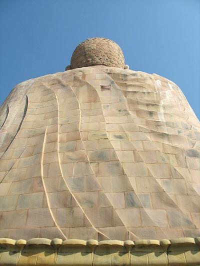 В спине у Будды есть маленькая решетка...