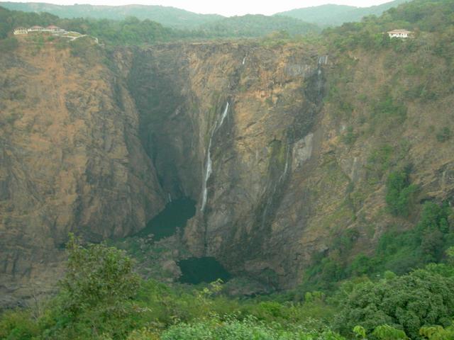 Чахлый водопад. Осенью Ниагара.