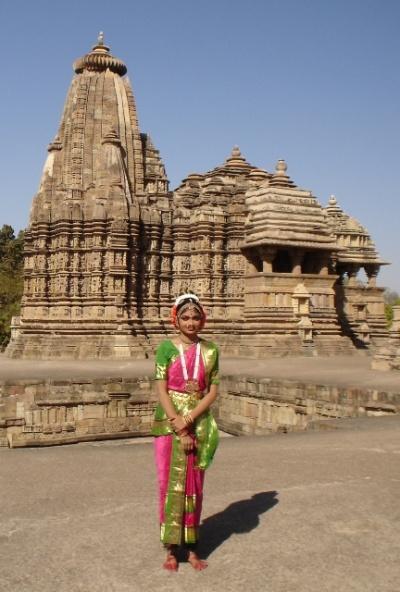 На фоне храма (Кучипури)