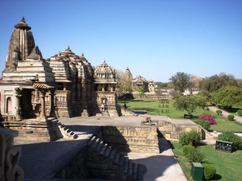 Храм Читрагупта и далее храм Деви Джагадамба (Сурья и Дурга)
