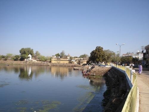 Пруд лотосов (правда, их уже нет), где ежедневно купаются местные жители