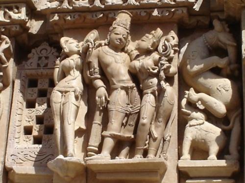 Скульптуры на стенах храмов