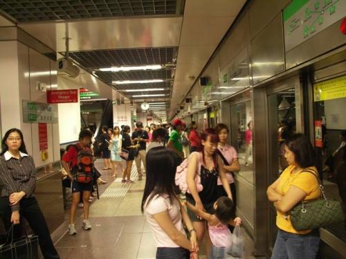 MRT (metro). Na stancii.