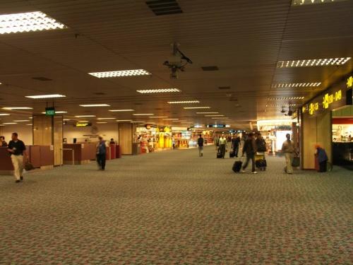 аэропорт. Терминал 2. Это второй этаж только! Колоссальные пространства!