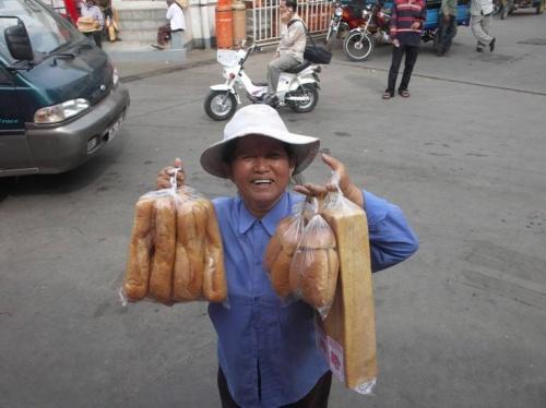 Продавщица хлеба возле автобуса