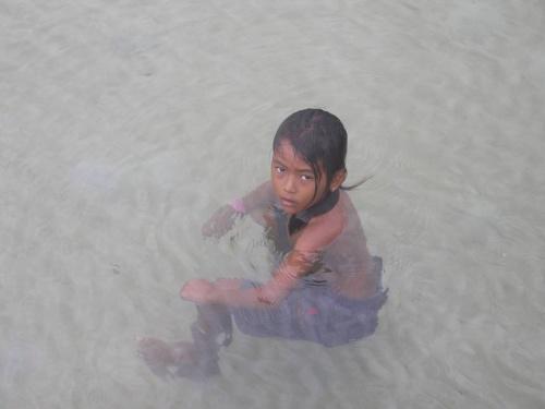 Девочка в воде. Ловит видно кого-то...