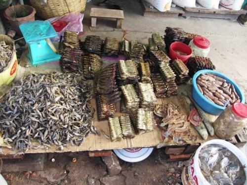 Кхмерские рыбные деликатесы на рынке в Сиануквилле))