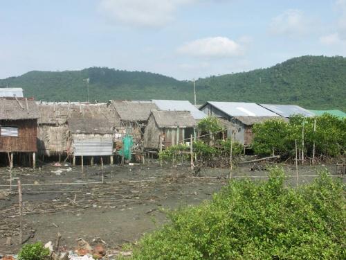 не очень опрятная деревня рыбаков