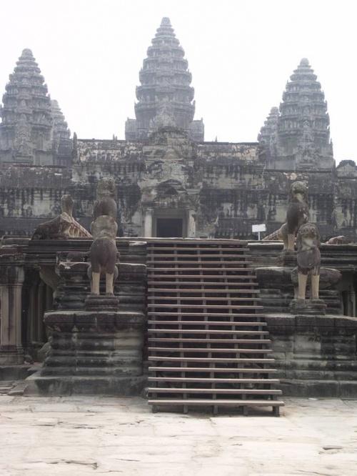 при приближении к храму наблюдается интересный эффект - из 5 башен сооружения отчетливо видны лишь 3!