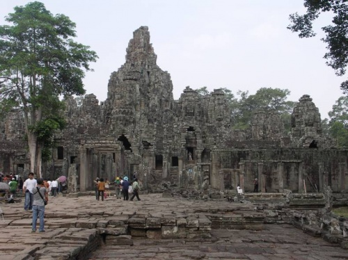 Издалека храм Байон похож на причудливое нагромождение каменных глыб...
