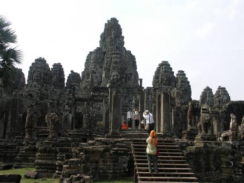 ...но при приближении различимы ярусы здания и величественные каменные лики