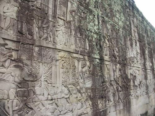 на барельефах храма - сцены из жизни древней Камбоджи