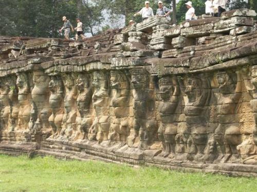 Слоновья терраса. стена