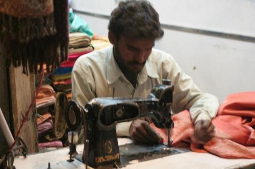 За швейной машинкой видела там только мужчин:) Почти в каждм магазине сидят несколько работников и прямо в торговом зале шьют..