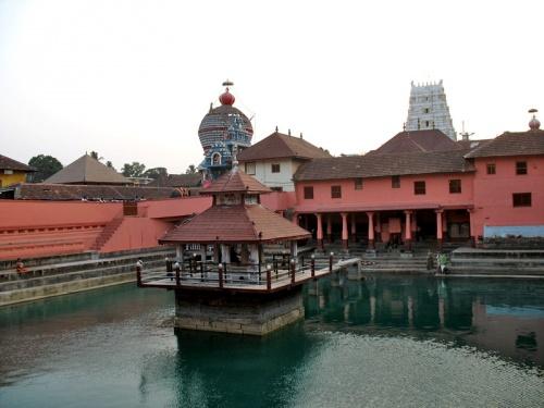 Пруд в храме Кришны. Считается, что он периодически пополняется водой из Ганги.
