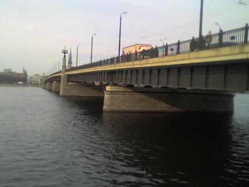 на левой стороне...под каменным мостом...
