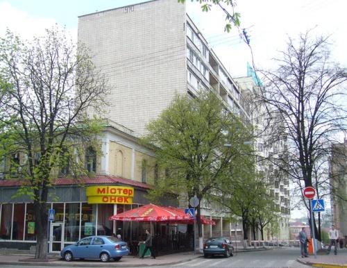 """Заведение первое, """"Мистер Снек"""" - салаты, вкуснейшие горячие бутерброды, ничего так пирожные. Сеть по  Киеву, этот - на  ул. Владимирской, почти напротив Софии."""
