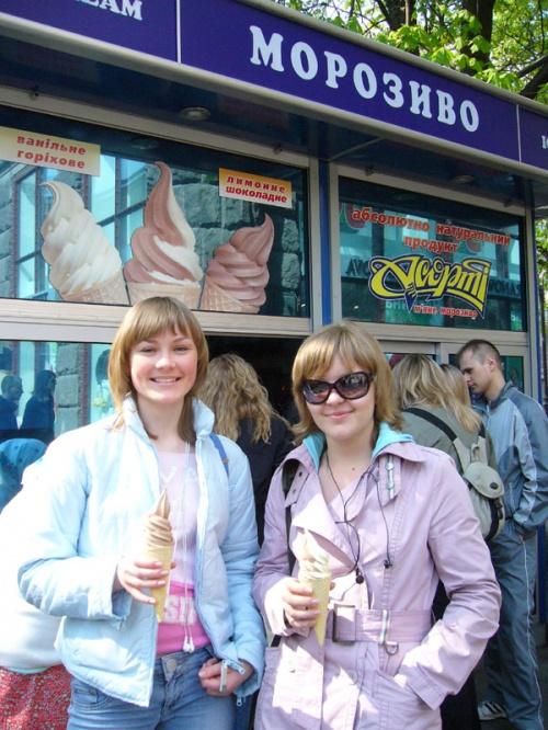 Лучшее мороженое Киева! Запомните как выглядят эти киоски. Идеальное сочетание -лимонное/шоколадное. Недостаток - быстро  тает, не берите большие порции