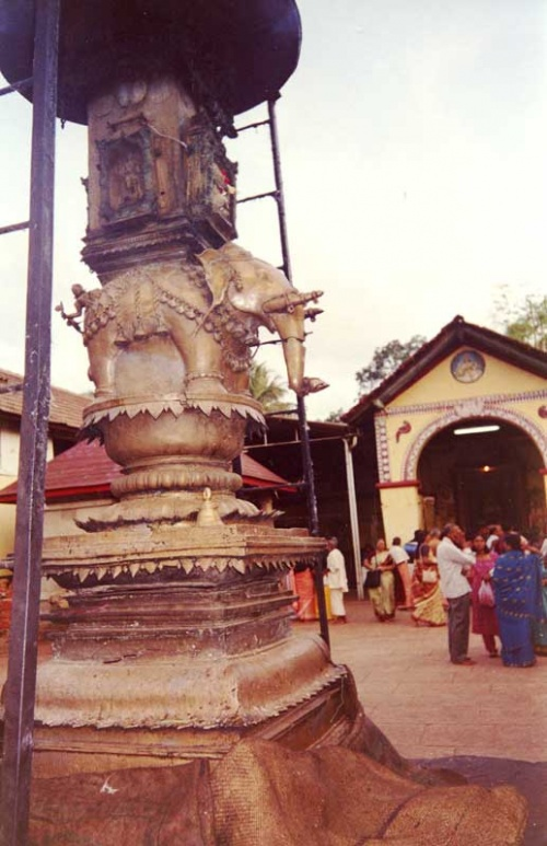 столб со слоном в храме Мукамбика
