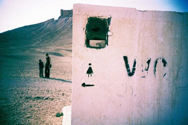 общественный туалет посреди пустыни