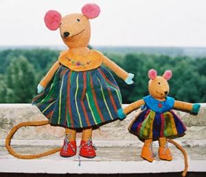 Эти смешные звери - тоже образы Ланки - их шьют из местных материалов, кторые красят местными красками и потом расшивают любовно и тщательно все детальки ...Их придумала дизайнер Барбара Сансони, а сделали ланкийские женщины у себя на дому...