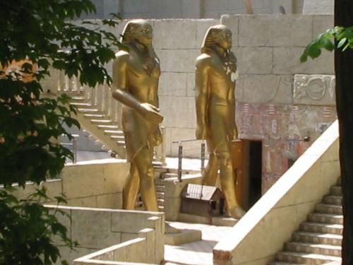 Тутанхамоны и Шарик на страже.