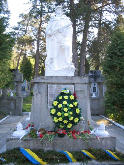 Памятник советскому солдату и рядом ...