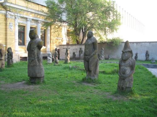 Днепропетровские каменные женчины