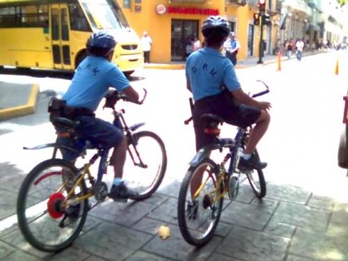Полицейские и на велосипеды здесь