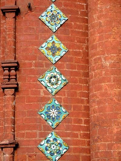 Изразцы ярославских церквей. В сувенирных лавках можно приобрести их копии