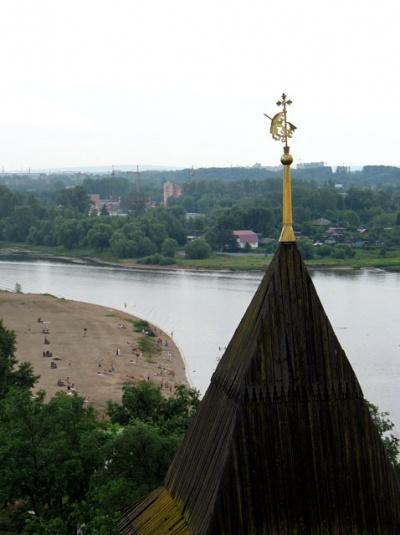 Вид с колокольни на реку Которосль. На шпиле - изображение медведя (не медведа!) - символа Ярославля