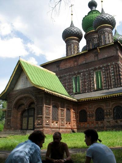 У церкви Иоанна Предтечи. Слева направо - Сережа, Саша, Маша.