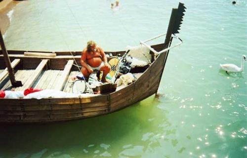 Хотей в лодке