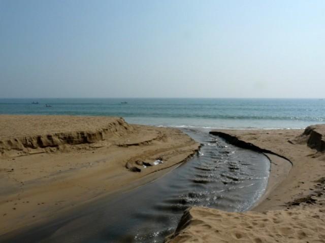 речка разделяющая пляж и деревню