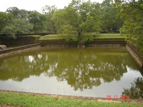 Бассейн в парке возле горы.