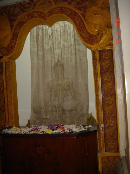 """Канди. Храм """"Зуба Будды"""". Будда под покрывалом."""