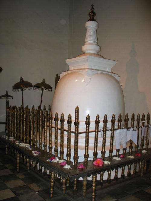 "Канди. Храм ""Зуба Будды"". Ступа."