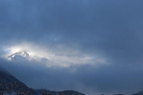 рано утром Эверест закрыт тучами