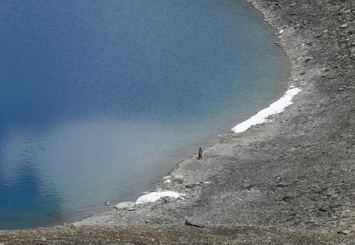 для масштаба. человек у края озера.