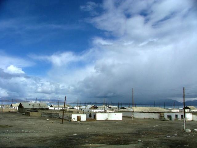 Посёлок Каракуль у озера
