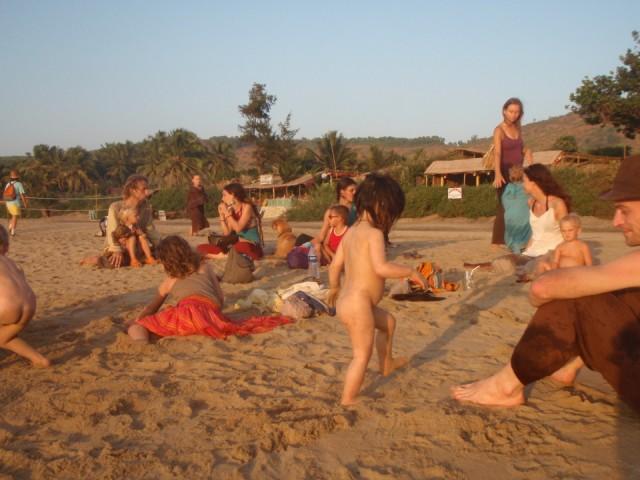В Гокарне , там мамшки с детьми всегда с левой стороны пляжа собирались