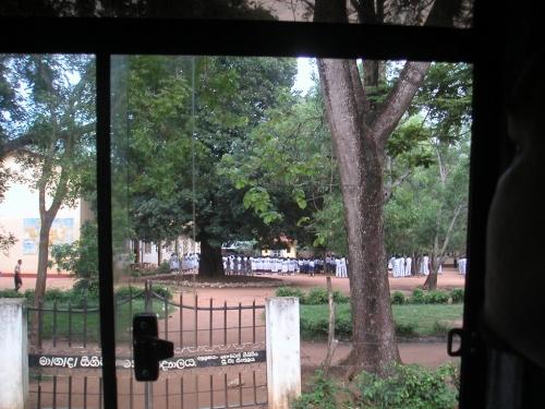 Шри-Ланка. Возле школы.