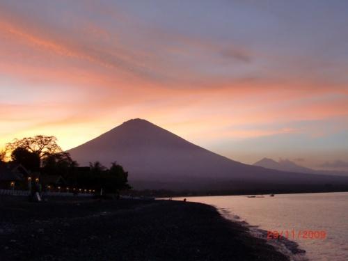 Закат в Амеде с видом на Агунг