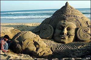 Наверное, на скульптурных симпозиумах в Индии фигуры делают из песка...