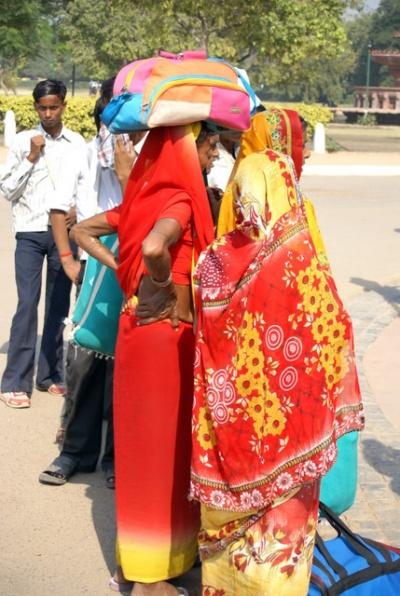 Для того, чтобы быть стройными, индийские женщины носят поклажу на голове